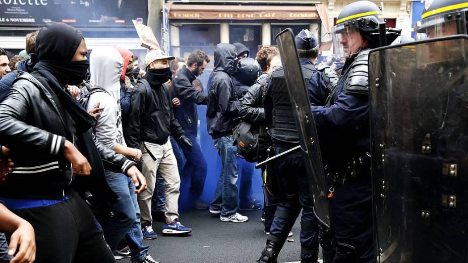 Estudantes entraram em confronto com a polícia enquanto bloqueavam o acesso às escolas em protesto contra a deportação de estudantes estrangeiros sem documentos, na França