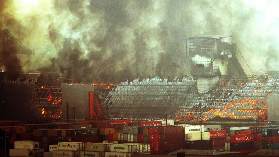 Incêndio atinge quatro armazéns com açúcar no porto de Santos, cerca de 60 km de São Paulo