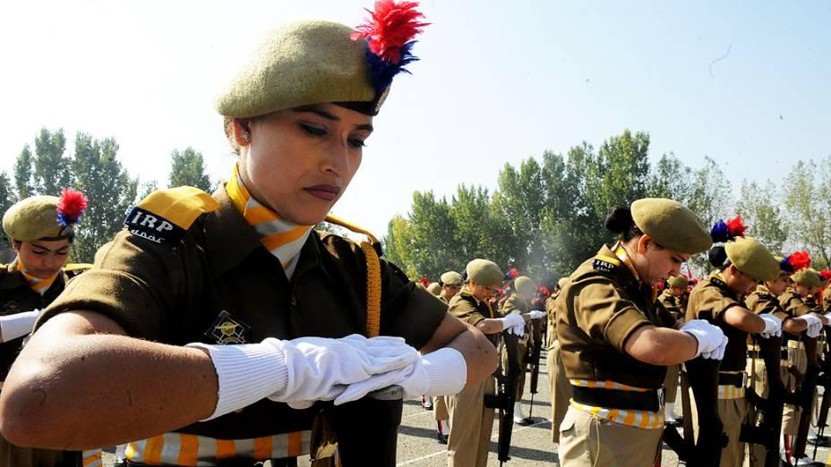 Polícia participa de uma cerimônia em homenagem aos colegas mortos em Zewan, nos arredores de Srinagar, no Dia da Polícia, na Índia