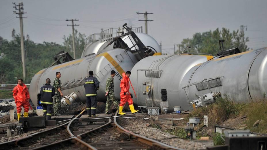 Bombeiros trabalham no local onde um trem de carga transportando o composto químico adiponitrile, descarrilou quando chegava a uma estação ferroviária em Hefei, na província de Anhui, na China