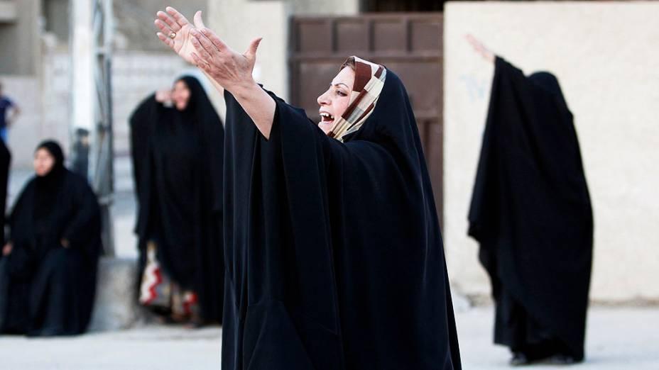 Mulher chora durante funeral de parente morto por um ataque bomba fora de um café, em Bagdá, no Iraque