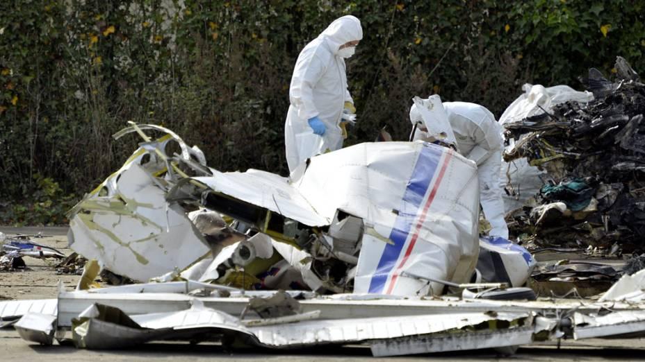 Peritos investigam os detroços de um avião que caiu no sábado na Bélgica, e matou 10 paraquedistas