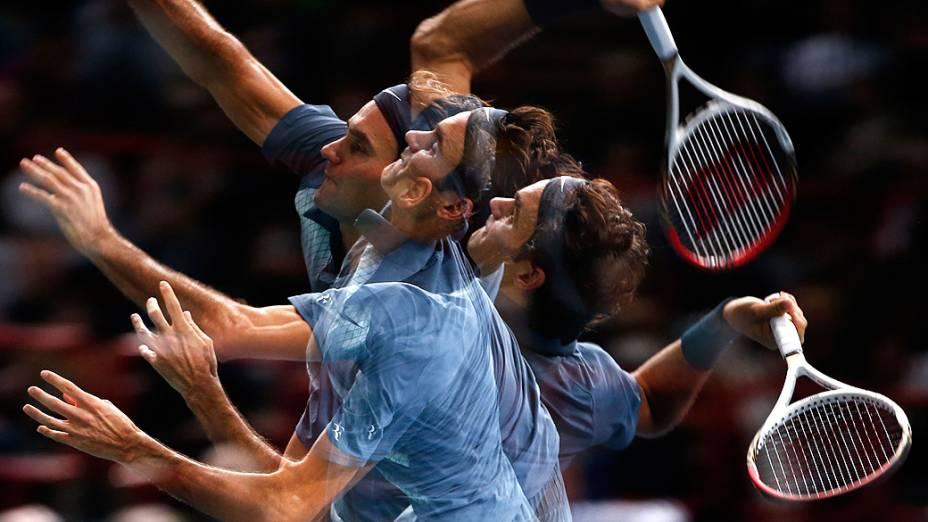 Imagem em múltipla exposição do tenista Roger Federer realizando um saque na partida contra o alemão Philipp Kohlschreiber no Masters 1000 de Paris