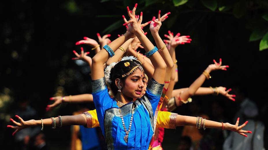 Estudantes participam de dança tradicional para comemorar o 124º aniversário do falecido primeiro-ministro Jawahar Lal Nehru, que assumiu o posto em 1952, na Índia