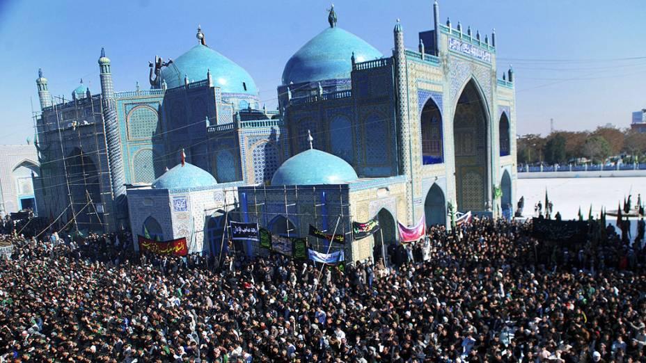 Milhares de xiitas participam de uma procissão para celebrar o primeiro mês do calendário muçulmano, em Mazar-i-Sharif, no Afeganistão