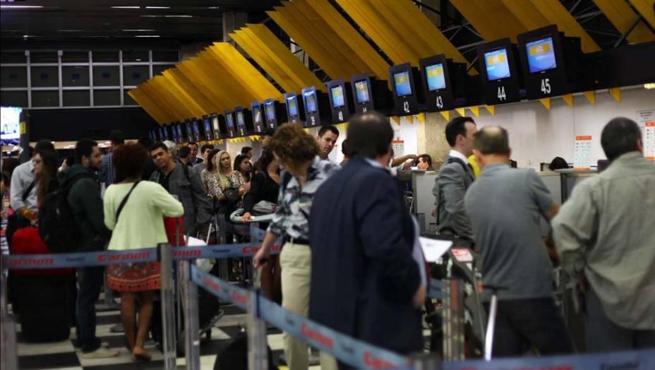Grande movimentação de passageiros na manhã desta quinta-feira (14/11), no aeroporto de Congonhas, na zona sul de São Paulo (SP), na véspera de feriado da Proclamação da República