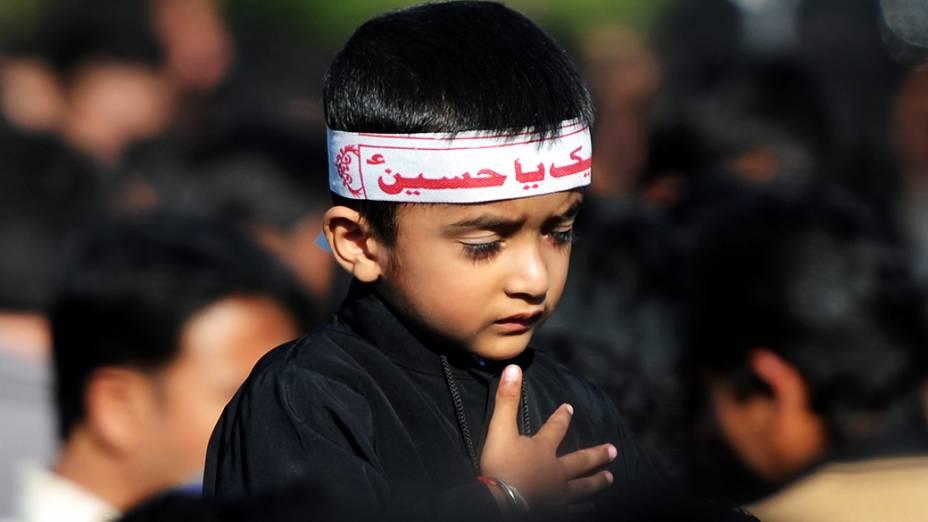 Menino paquistanês participa dos rituais de autoflagelaçãoda Ashura, celebrada pelos muçulmanos como o dia do martírio do neto do profeta Maomé na batalha de Karbala