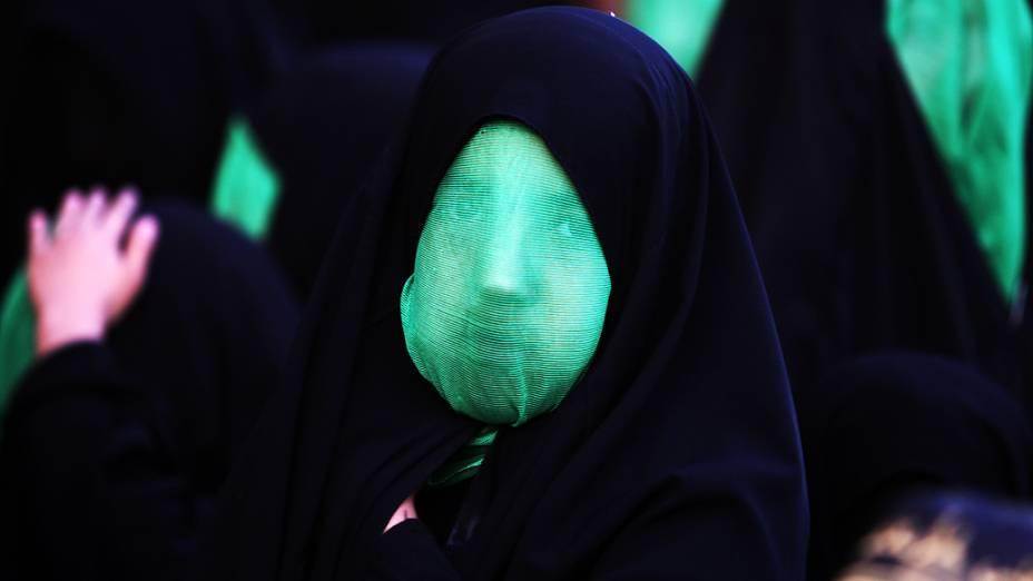Garota iraquiana é fotografada durante rituais de autoflagelação da Ashura, celebrada pelos muçulmanos como o dia do martírio do neto do profeta Maomé na batalha de Karbala