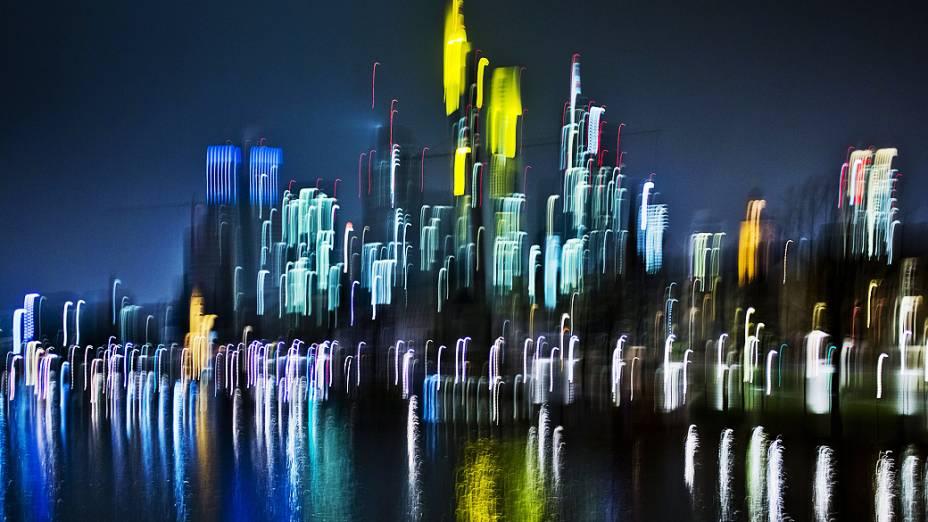 Imagem em longa exposição mostra a cidade de Frankfurt, na Alemanha à noite