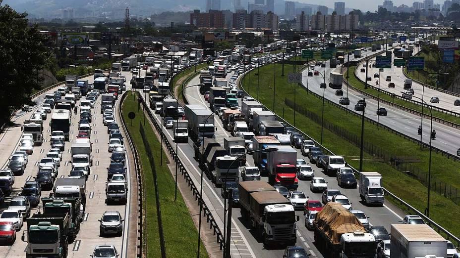 Trânsito na Rodovia Castello Branco, na altura da cidade de Osasco, na Grande São Paulo, SP, nesta quinta-feira (14), véspera de feriado prolongado