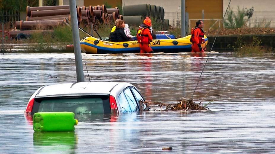 Equipes de resgate puxam barco por uma rua inundada em San Gavino Monreale. Autoridades italianas declaram estado de emergência em Sardenha, Itália