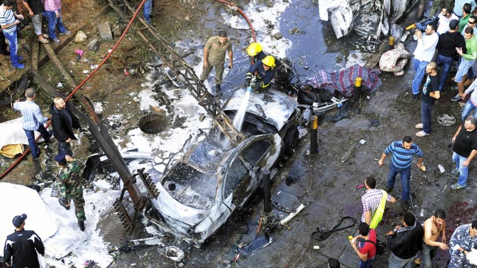 Bombeiros tentam conter chamas causadas por duas explosões na embaixada do Irã em Beirute, que deixaram 23 pessoas mortas e 146 feridas, no Líbano