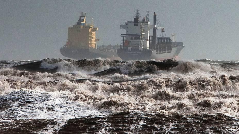 Navios cargueiros foram fotografados durante mar agitado e pelo vento no Golfo de Cagliari, na Sardenha