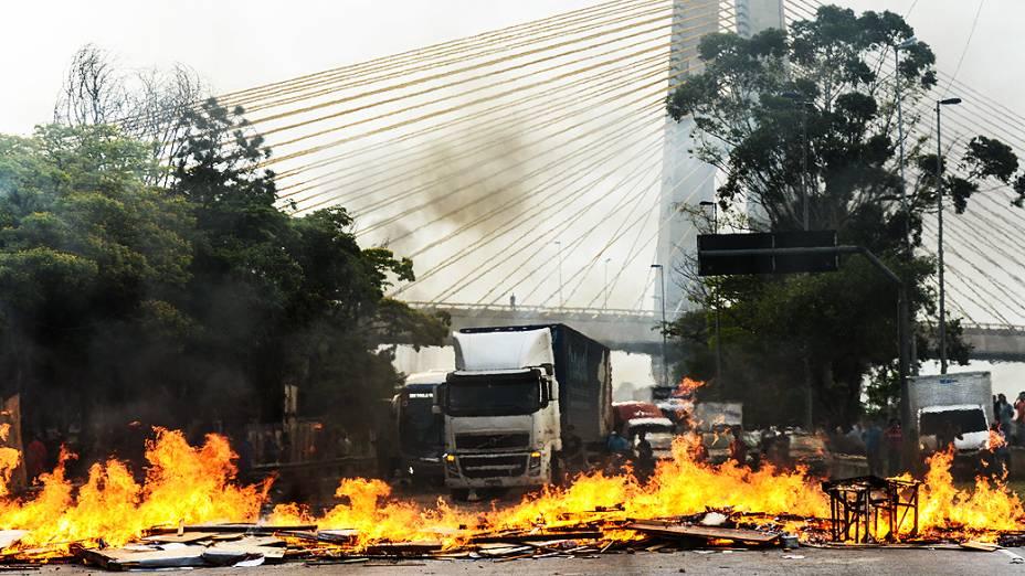 Protesto de moradores da Favela do Gato interdita pista da Marginal Tietê em São Paulo (SP), nesta terça-feira (19). Os manifestantes atearam fogo em madeiras para bloquear a via