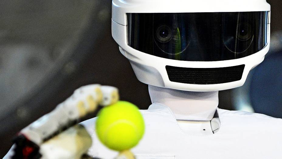 Robô robô SAR-401 opera no Centro de Formação de Cosmonautas. O robô deve chegar à Estação Espacial Internacional em 2014