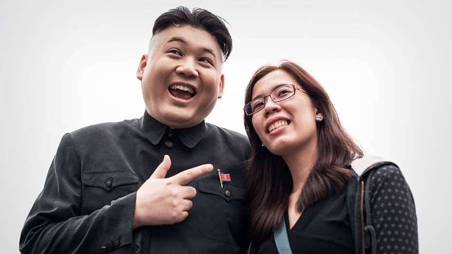 Howard, primeiro imitador profissional do ditador norte-coreano, Kim Jong-Un, posa para foto com uma turista, em Hong Kong, na China