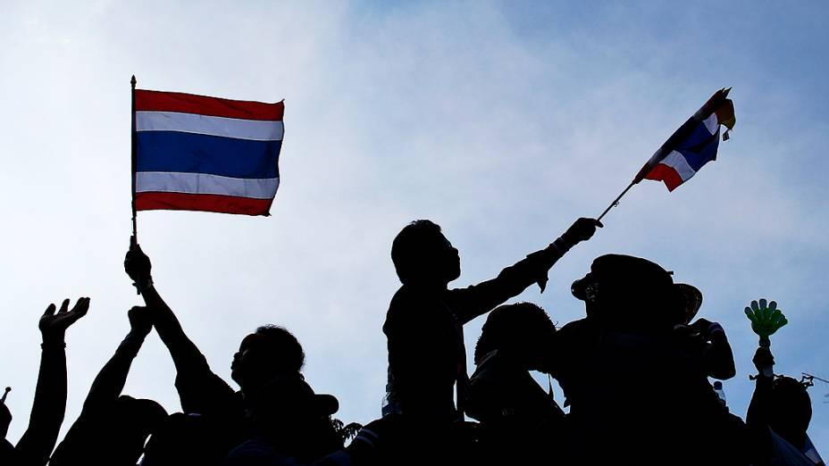 Manifestantes anti-governo se reúnem na frente da prefeitura, na província de Yalai, ao sul de Bancoc pedindo a saída da primeira-ministra, Yingluck Shinawatra, na Tailândia