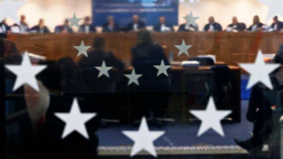Juízes do Tribunal Europeu dos Direitos Humanos participam de uma audiência no tribunal em Estrasburgo, após queixa de uma mulher muçulmana, relativa a uma lei que proíbe rostos cobertos com véus em locais públicos, na França