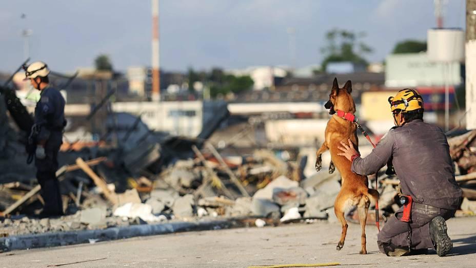 Bombeiros continuam as buscas de possíveis soterrados na manhã desta terça-feira (3), após o desabamento de um prédio de cinco andares na Avenida Presidente Humberto Castelo Branco, em Guarulhos, SP