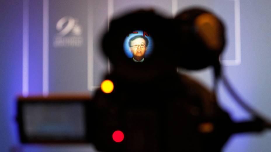 Ministro do Comércio chinês Gao Hucheng é visto através de uma câmara de televisão durante uma sessão plenária da Organização Mundial do Comércio (OMC) em Nusa Dua, em Bali, na Indonésia