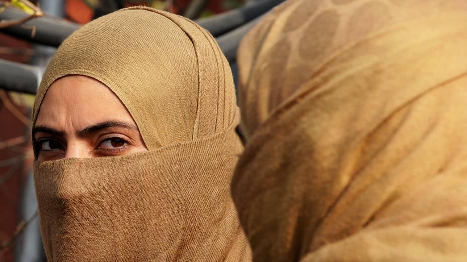 Policiais indianas participam de uma operação de busca em Lal Chowk. A segurança foi reforçada pela sequência de ataques de supostos rebeldes em um grupo de policiais, matando um oficial sêniore ferindo outros três, em Sinagar, na Índia