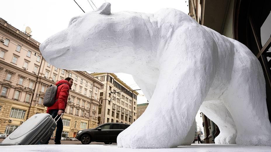 Estátua de um urso polar em tamanho real foi montado pelo Fundo Internacional para o Bem-Estar Animal (IFAW) marcando o início de um fórum internacional em Moscou, na Rússia