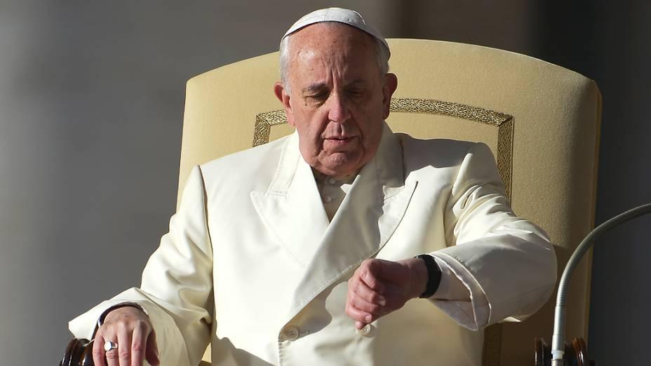 Papa Francisco olha para seu relógio antes de uma audiência geral na Praça de São Pedro, no Vaticano