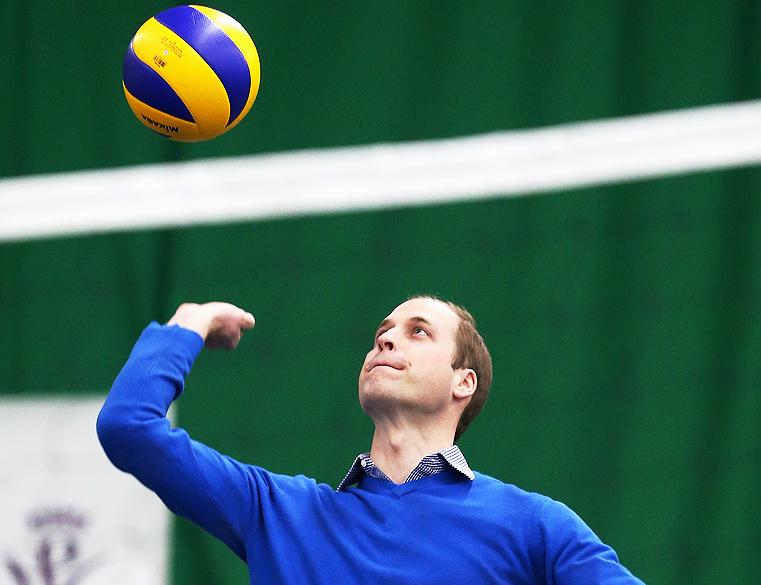 Príncipe William, Duque de Cambridge joga vôlei durante uma visita ao projeto Coachcore, em Westway Sports Centre, em Londres, Inglaterra