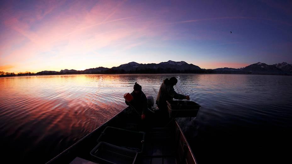 Pescadores lançam suas redes no lago Chiemsee perto de Prien, sul da Alemanha