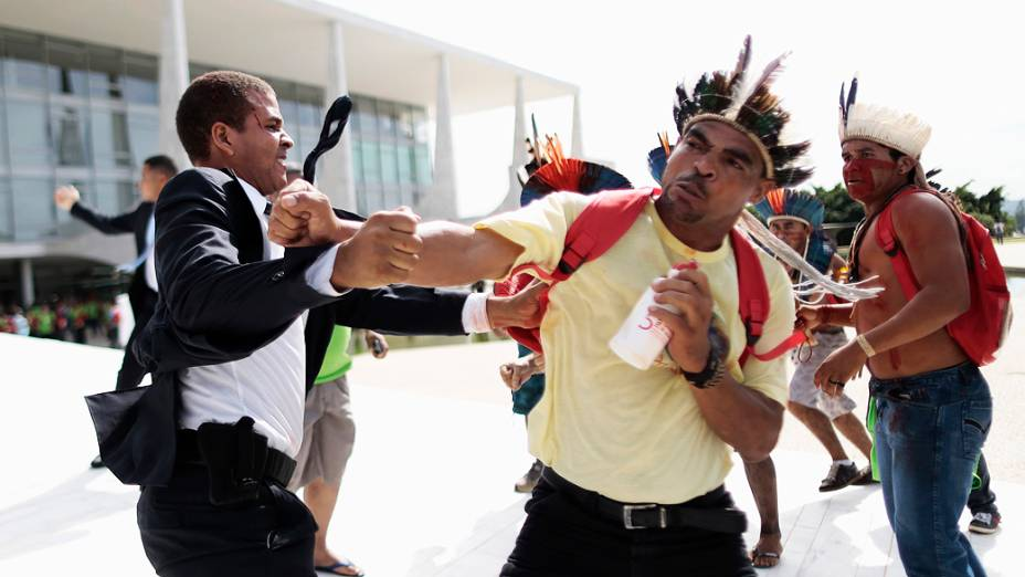 Um grupo de índios entrou em conflito com guardas durante um protesto contra a portaria referente à demarcação de terras, no Palácio do Planalto, em Brasília