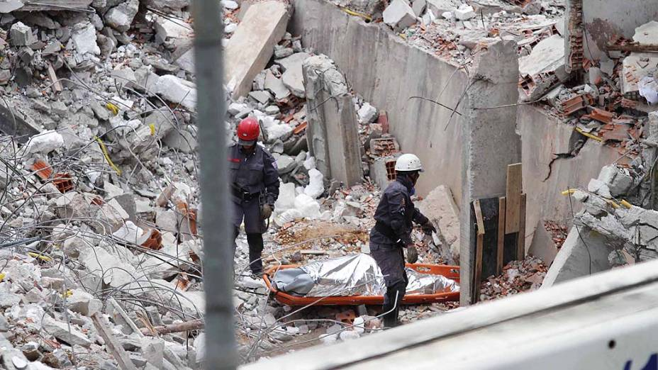 Bombeiros encontram na tarde desta quinta-feira (5) o corpo do operário Edenilson de Jesus dos Santos, 24, vítima do desabamento de um prédio de cinco andares em Guarulhos (SP) na última segunda-feira (2)