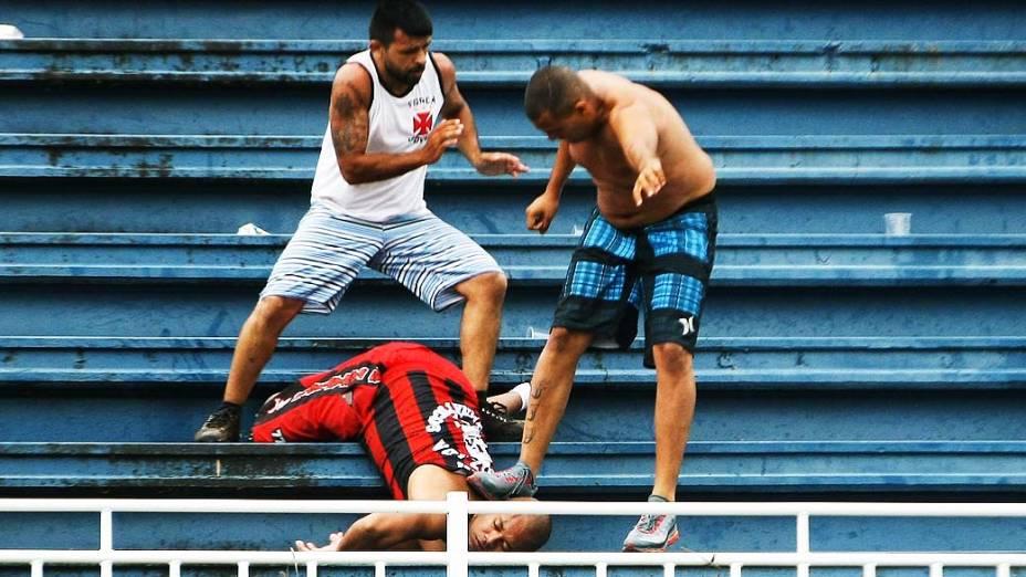 Carlos Rodrigo é o torcedor do Atlético-PR que está sendo chutado mesmo desacordado. Ele é dirigente da Os Fanáticos