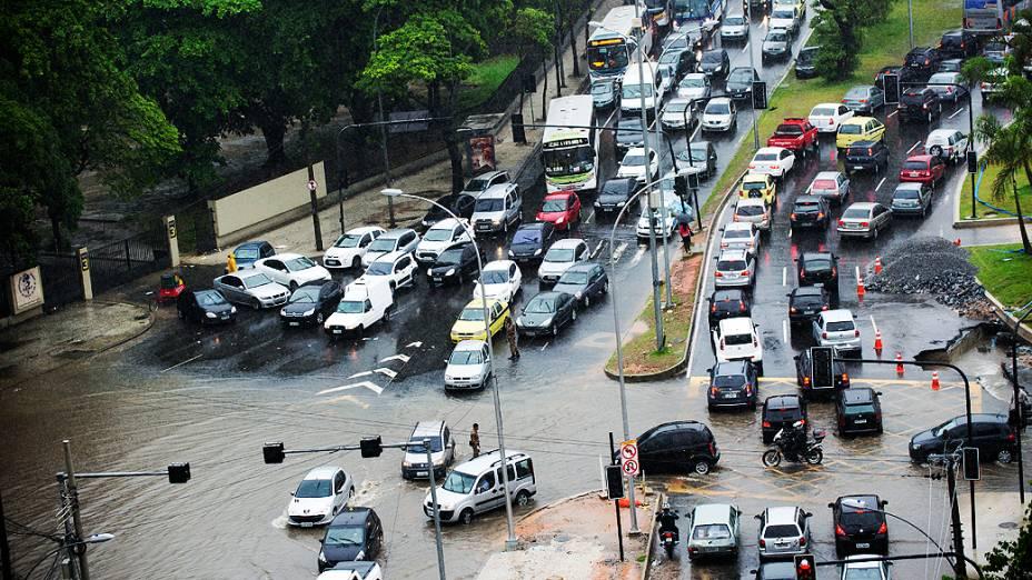 A chuva causa vários pontos de alagamento em Vila Isabel, próximo a UERJ, zona norte do Rio de Janeiro, nesta quarta-feira (11)