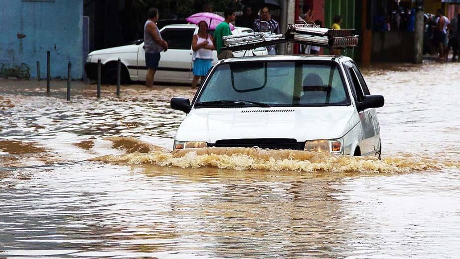 Chuva causa alagamento na manhã desta quarta-feira (11), no centro de Nova Iguaçu, RJ