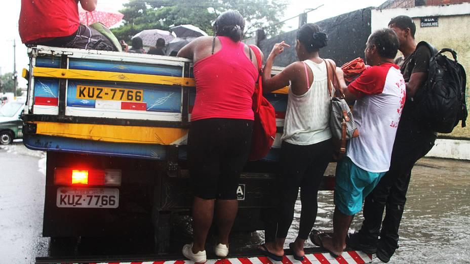Chuva constante que atinge o Rio desde a madrugada desta quarta (11) alagou algumas ruas no bairro de Realengo (zona oeste) e complicou a vida dos moradores na região<br>