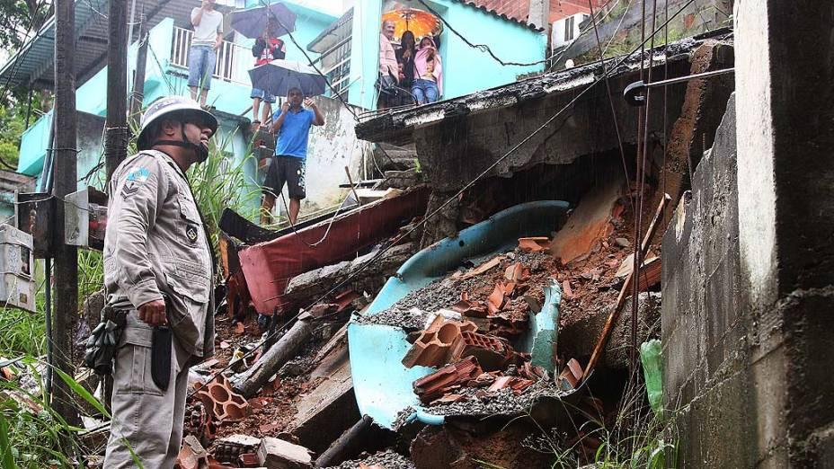 Rescaldo na favela do Trem no bairro da Penha, na Zona Norte do Rio de Janeiro, RJ, na manhã desta quarta-feira (11), após desabamento durante a forte chuva, que provocou diversos pontos de alagamento no estado do Rio