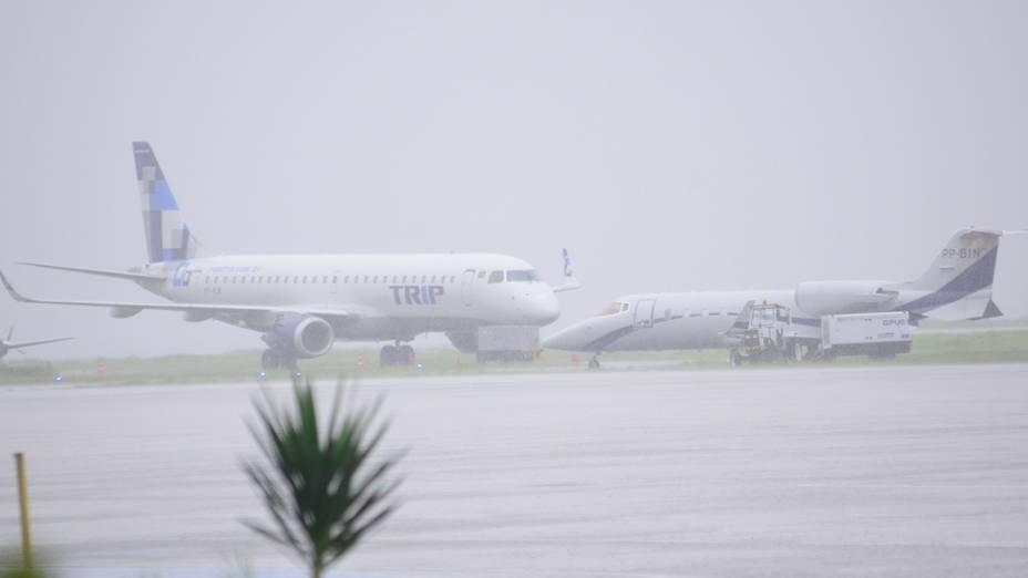 A chuva constante que atinge o Rio desde a madrugada desta quarta (11) fechou o Aeroporto Santos Dumont, no Centro, nesta manhã