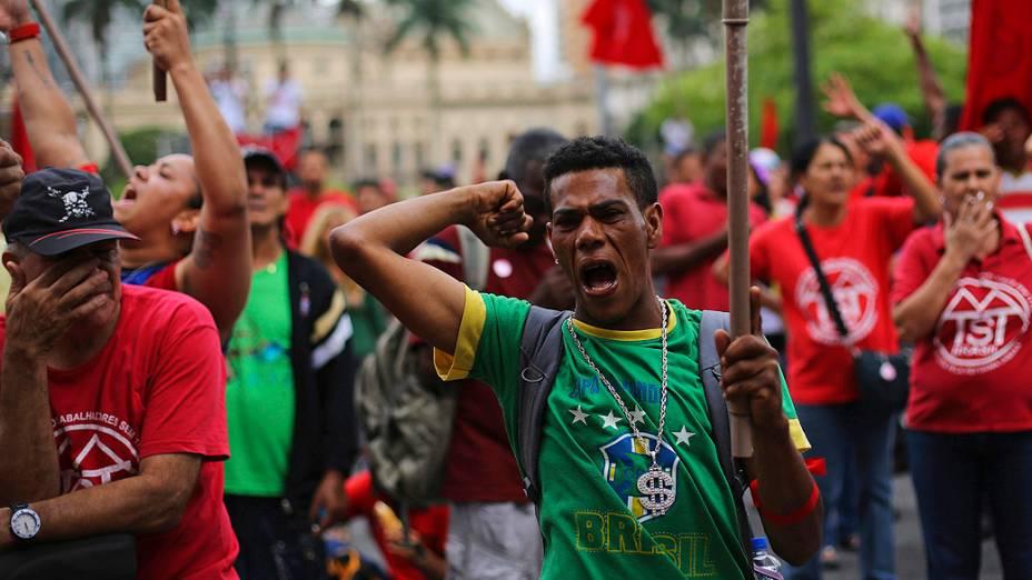 Membros do Movimento dos Trabalhadores Sem Teto (MTST) durante um protesto para exigir moradias populares, no centro de São Paulo nesta quarta-feira (11)