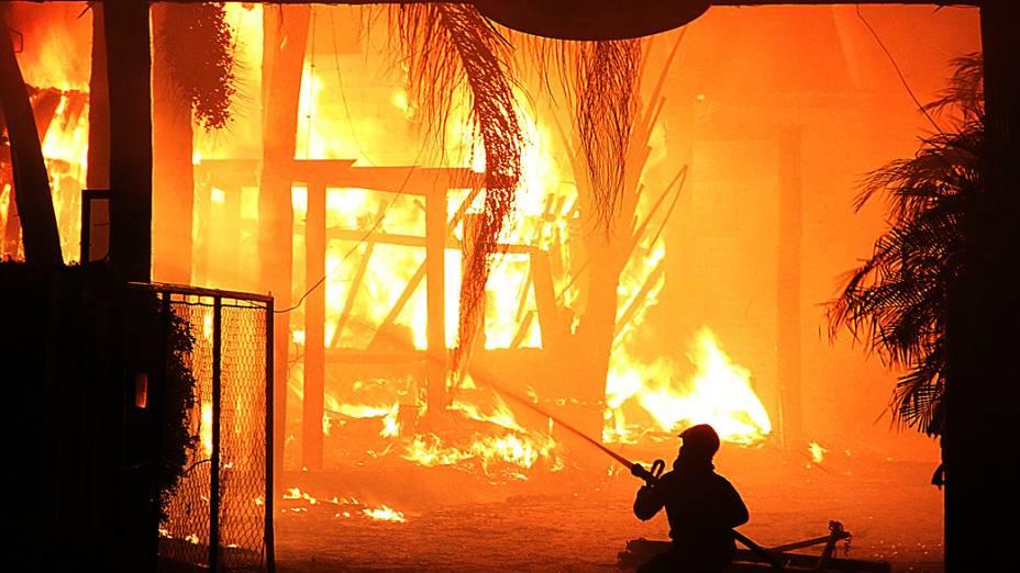 Incêndio destrói restaurante na Avenida Eliseu de Almeida, na Zona Oeste de São Paulo, SP, na madrugada desta quinta-feira (19)