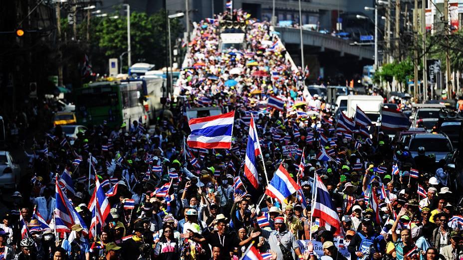 Manifestantes antigoverno marcham pelas ruas de Bancoc (Tailândia) nesta quinta-feira (19) durante comício