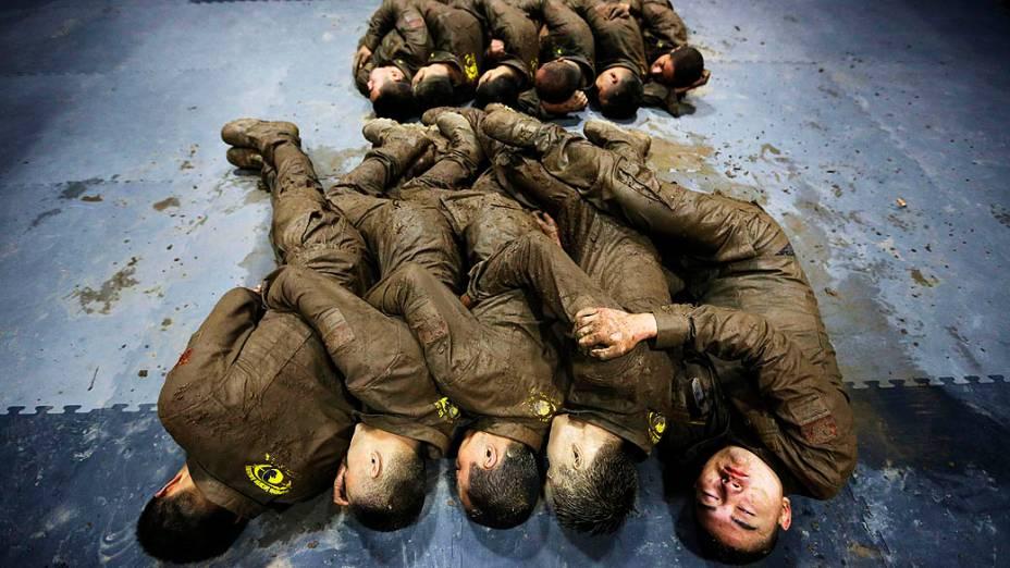 Estudantes chineses dormem durante treinamento de alta intensidade no acampamento Tianjiao de Guarda Especial e Consultoria de Segurança, perto de Pequim, na China, nesta quinta-feira (19). O curso prepara guarda-costas profissionais