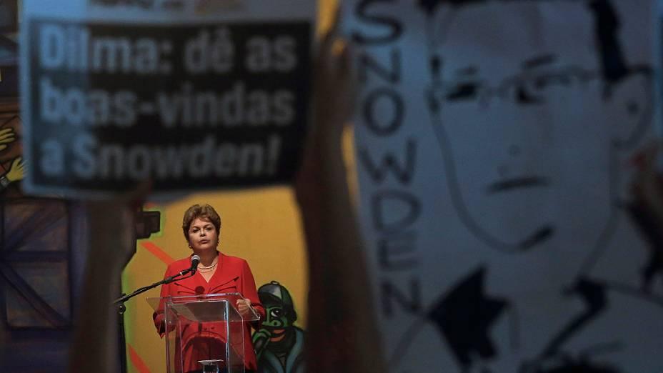 Manifestantes pedem asilo a Snowden em ato com presença da presidente Dilma Roussef, nesta quinta-feira (19)