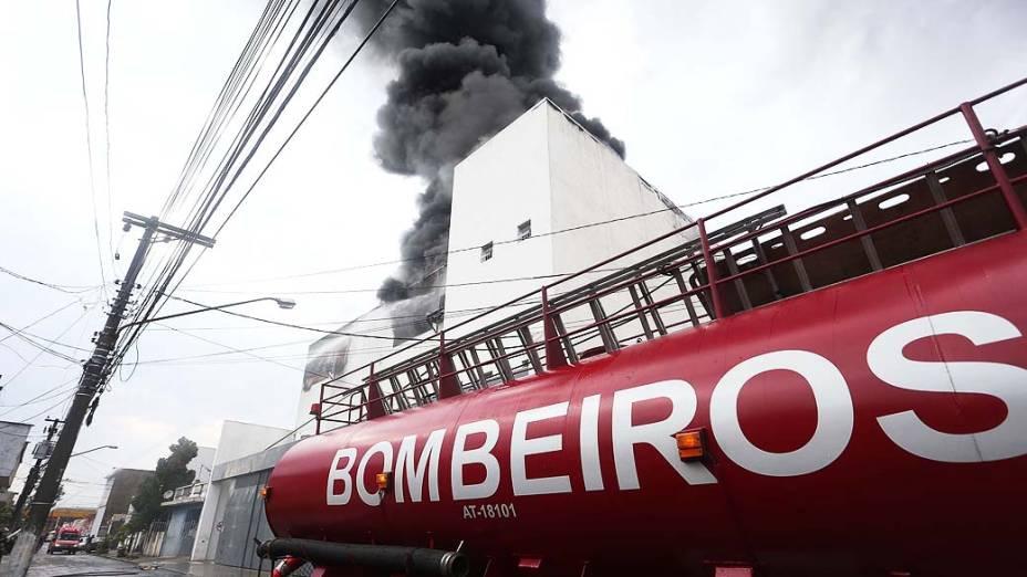 Incêndio atinge uma fábrica na Avenida dos Autonomistas, no centro de Osasco, na Grande São Paulo. Não há informações sobre possíveis vítimas e as causas do fogo