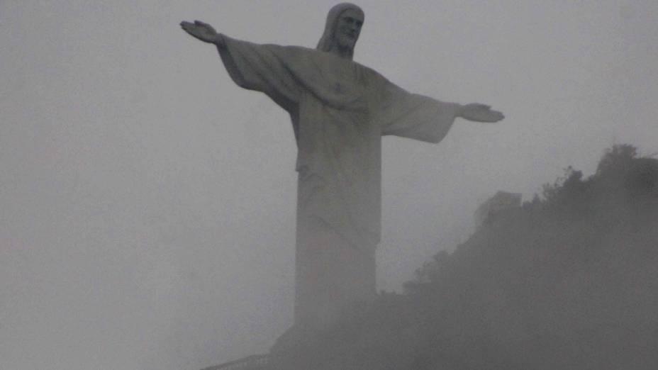 Cristo Redentor visto sob a neblina do amanhecer do bairro de Botafogo na segunda-feira (23)