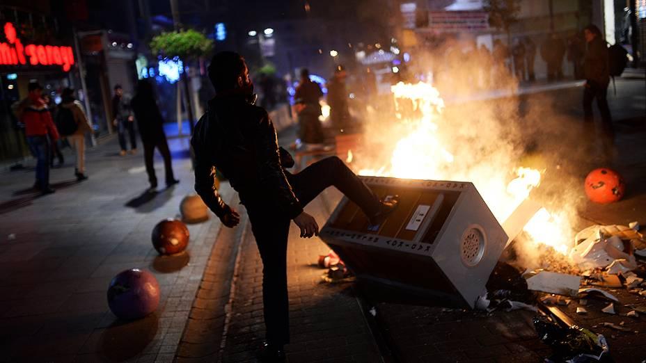 Homem monta barricada durante protesto contra corrupção em Istambul