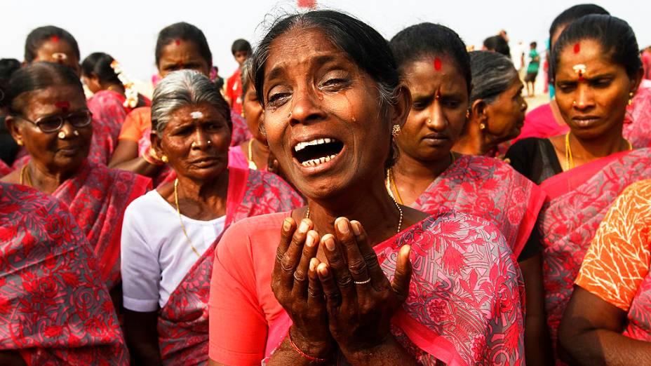 Mulheres participaram de uma cerimônia de oração para as vítimas do tsunami de 2004, no nono aniversário do desastre, na praia de Marina, na Índia