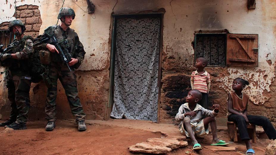 Soldados franceses durante patrulha diurna em um bairro de Bangui, capital da República Centro Africana