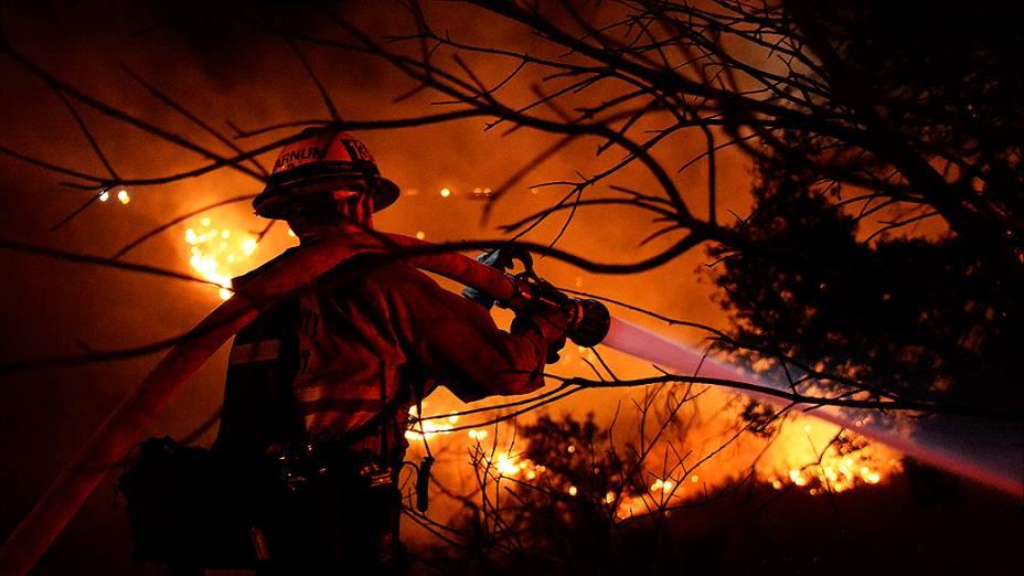 Bombeiro trabalha para combater um incêndio em Simi Valley, na Califórnia