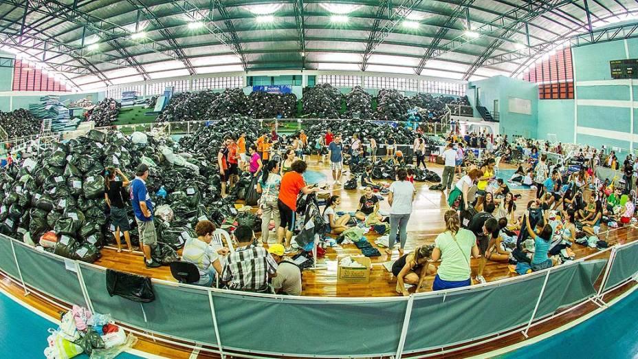 Centro de doações voltado para vítimas atingidas pelas forte chuvas da região, no Ginásio Tartarugão, em Vila Velha (ES), nesta quinta-feira (26)