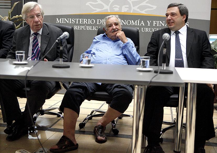 """O presidente uruguaio José Mujica compareceu à posse do novo ministro da Economia, Mario Bergara, calçando uma sandália de couro. Mujica ficou conhecido por ser """"o presidente mais pobre do mundo"""", pois apesar do cargo continua vivendo em uma chácara simples com a mulher e doa a maior parte de seu salário para instituições de caridade"""